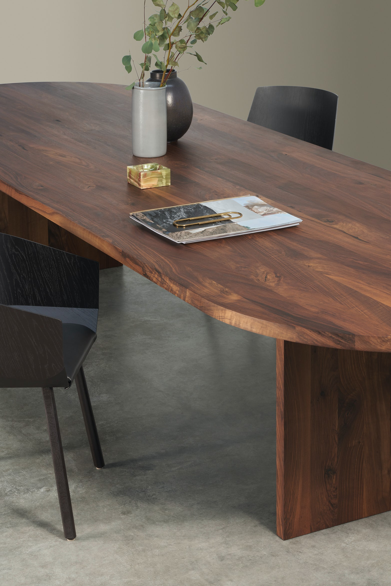 oval ashida dining table with houdini chairs by e15 furniture
