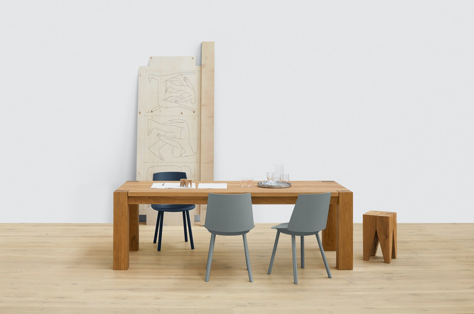 e15 bigfoot table with houdini side chairs and backenzahn stool