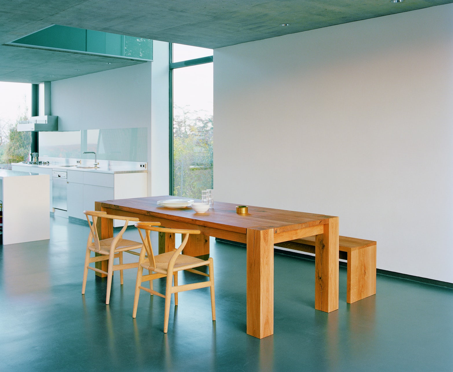 e15 bigfoot table with ch24 wishbone chairs and calle bench