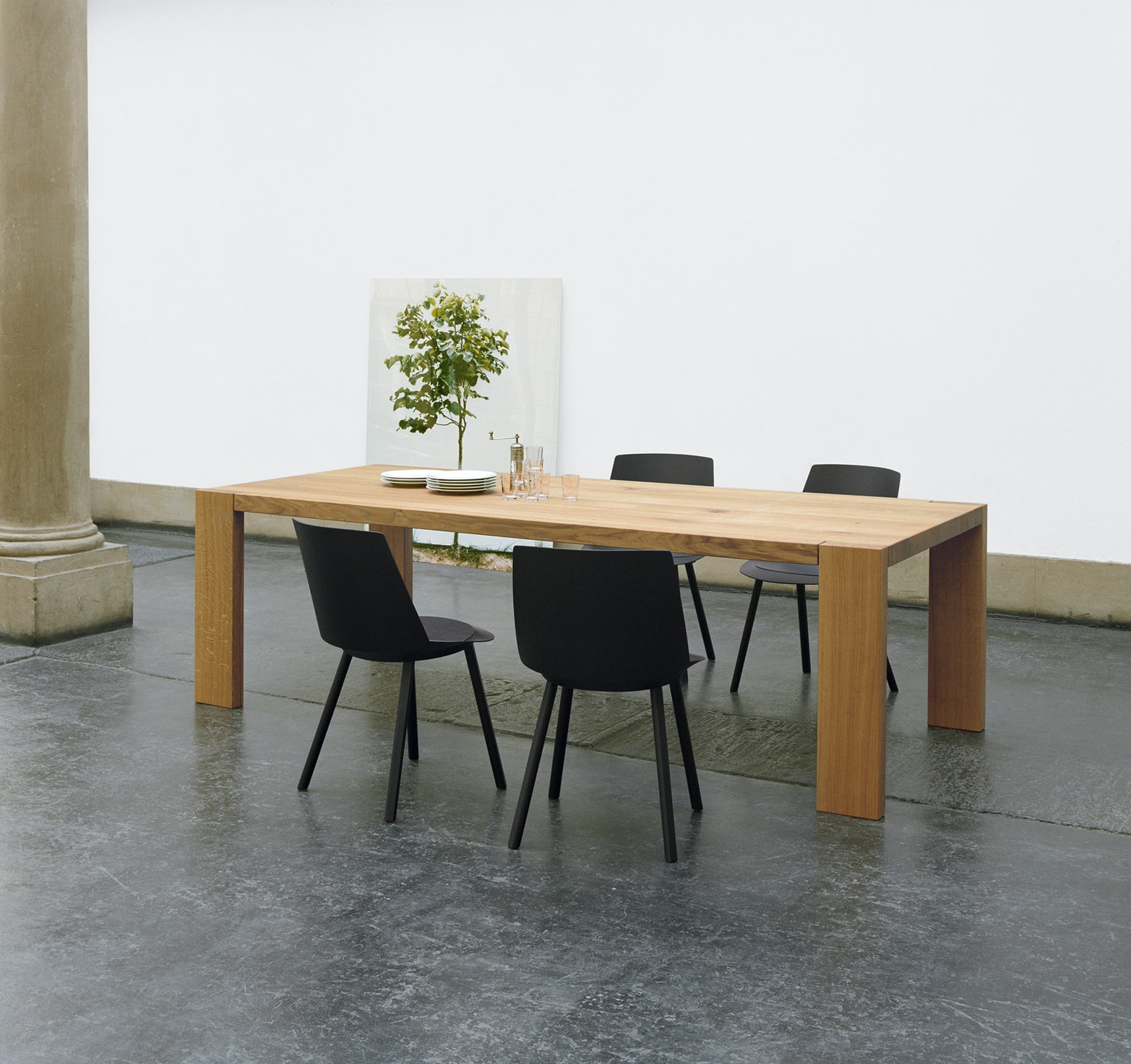 e15 london table with houdini side chair in black