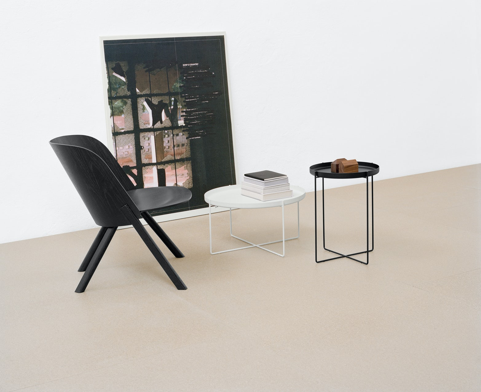 e15 that lounge chair in jet black with side tables